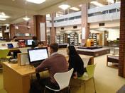 24時間オープンの図書館で 勉強する学生
