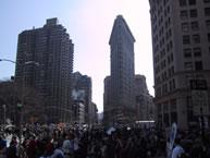 フラットアイアン・ビル(1902年完成)、 ブロードウェイをねり歩くニューヨーカーたち、 2003年撮影