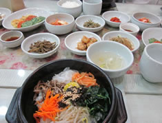 一品注文で十品に?! 韓国では、ひとつの料理を注文すると、 次々と「パンチャン(おかず)」という 小皿が無料ででてきます