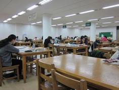 大学の図書館は24時間! 教育熱の高さでも知られる韓国。韓国人は 日本人とは比べものにならないくらい 勉強熱心です。テスト前はみんな図書館で 徹夜で勉強しています