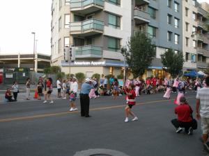 ⑤ ロサンゼルスのリトル・トーキョーのThe 2012 Nisei Week Japanese Festivalの一コマ(2012年8月、中川正紀撮影) 1934年に開始され、日本人と日系人の遺産と伝統を奨励し、芸術・文化教育を通じて南カリフォルニアの多種多様なコミュニティの結びつきを強めることを目的としたお祭りだそうです。写真は、阿波踊りの一行の先頭部分です。