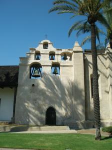 ⑥ ロサンゼルス郊外にあるサンガブリエル伝道所(ミッション)の遺跡 ・博物館の外観(2007年8月、中川正紀撮影) スペイン領時代の1771年に設置されたもので、今でも内部にある教会は そのまま使われています。スペイン統治時代の面影を残す貴重な歴史建造 物です。